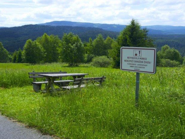 Gegend mit Sitzgruppe und Schild auf tschechisch