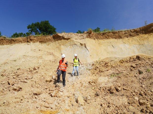 Umweltpraktikantin in einer Sandgrube