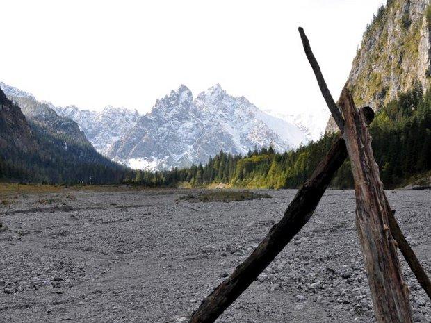 Blick durchs Wimbachtal mit verschneiten Bergen im Hintergrund