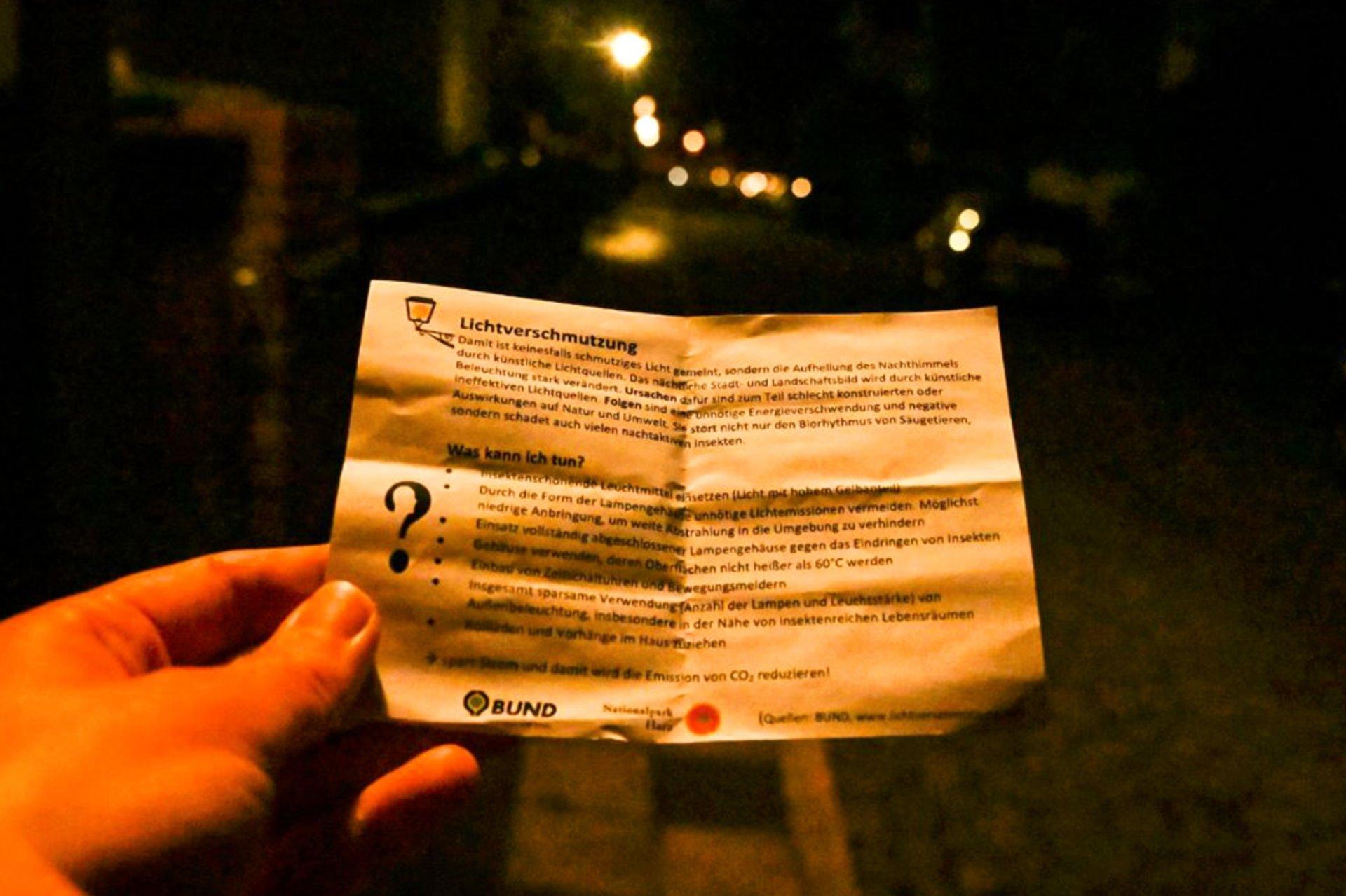 Foto bei Nacht, auf dem das Ausmaß der normalen Lichtverschmutzung deutlich wird: Es ist nicht wirklich dunkel.