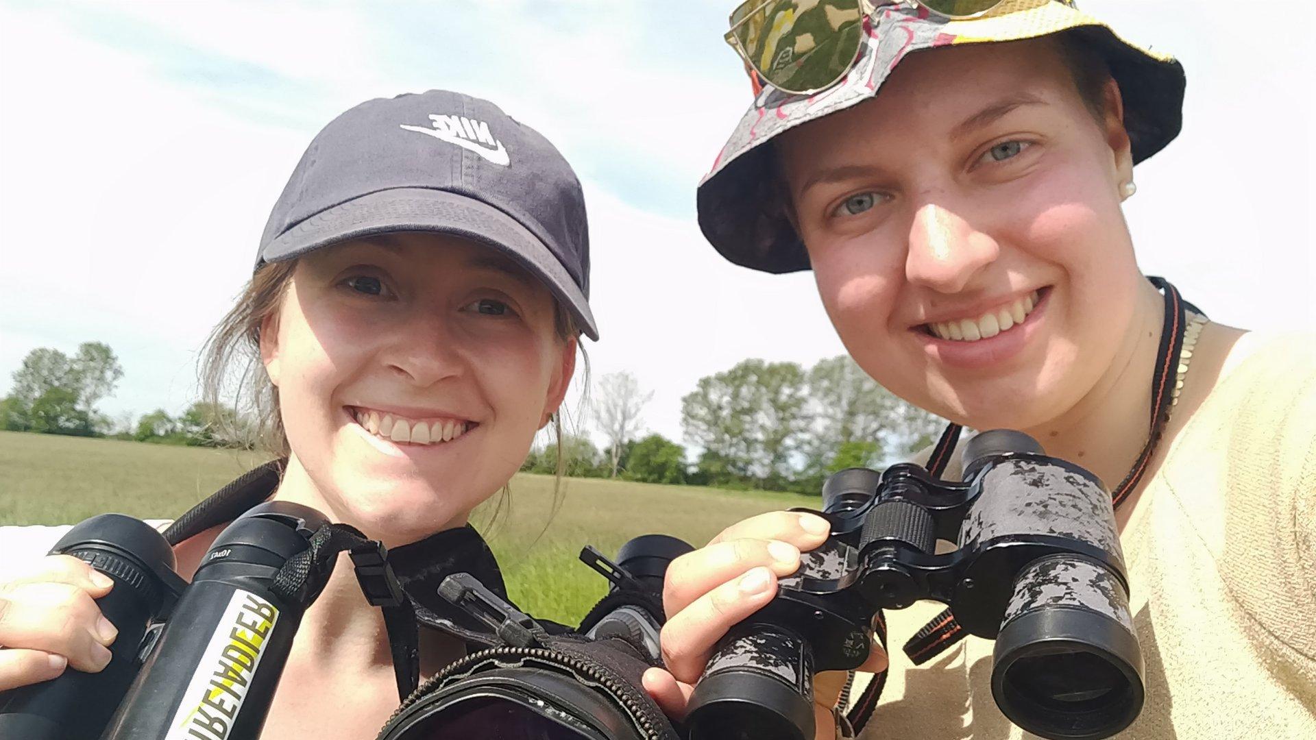 Zwei Umweltpraktikantinnen im Einsatz (Foto Laura Marz)