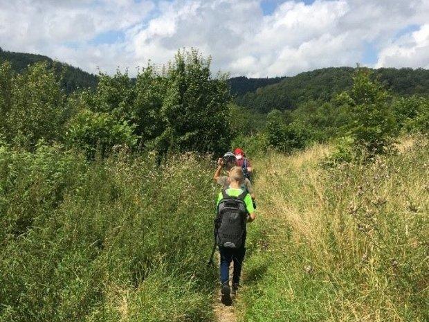 Kinder laufen über eine Wiese