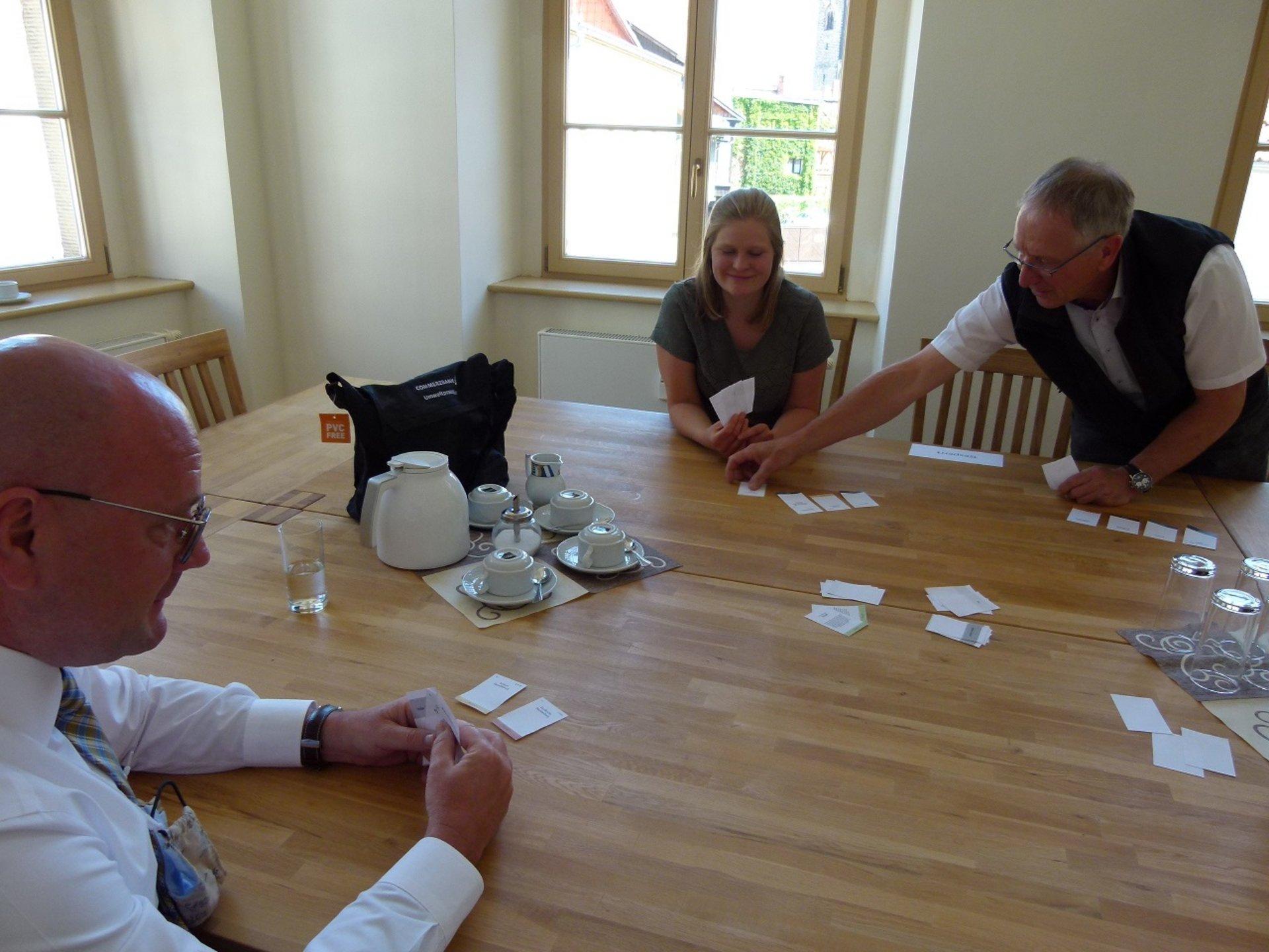 Bild: Kartenspiel am Tisch
