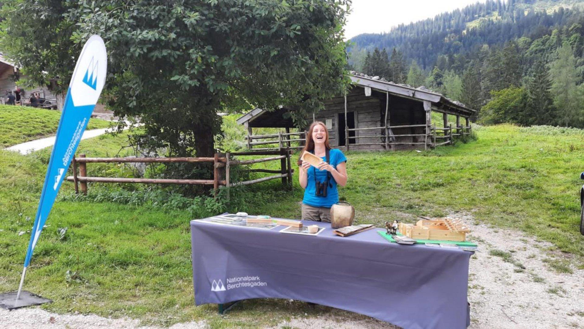 Helena an einem Informationsstand mitten in den Bergen