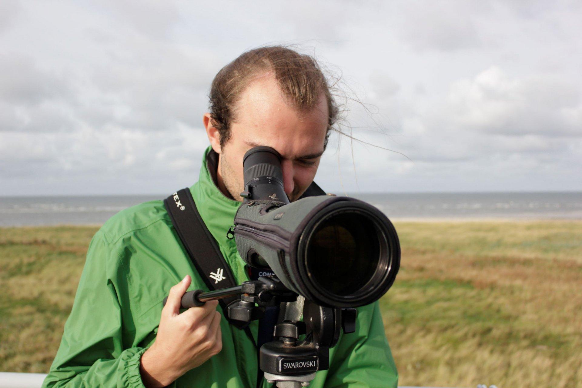 Ein Umweltpraktikant als Vogelwart