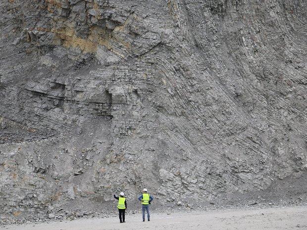 Zwei Bauarbeiter vor Steinbruchwand