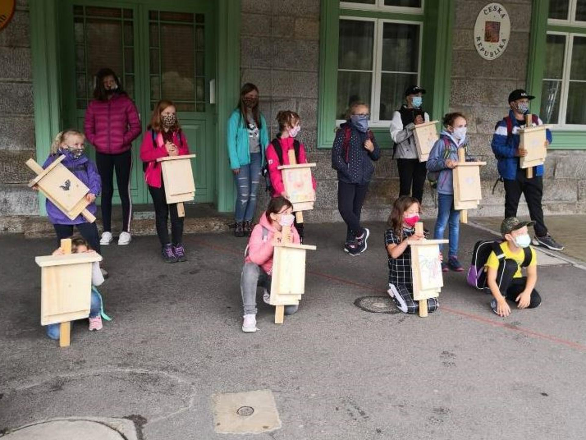 Kindergruppe mit selbstgebastelten Fledermauskästen (Foto Samira Busch)