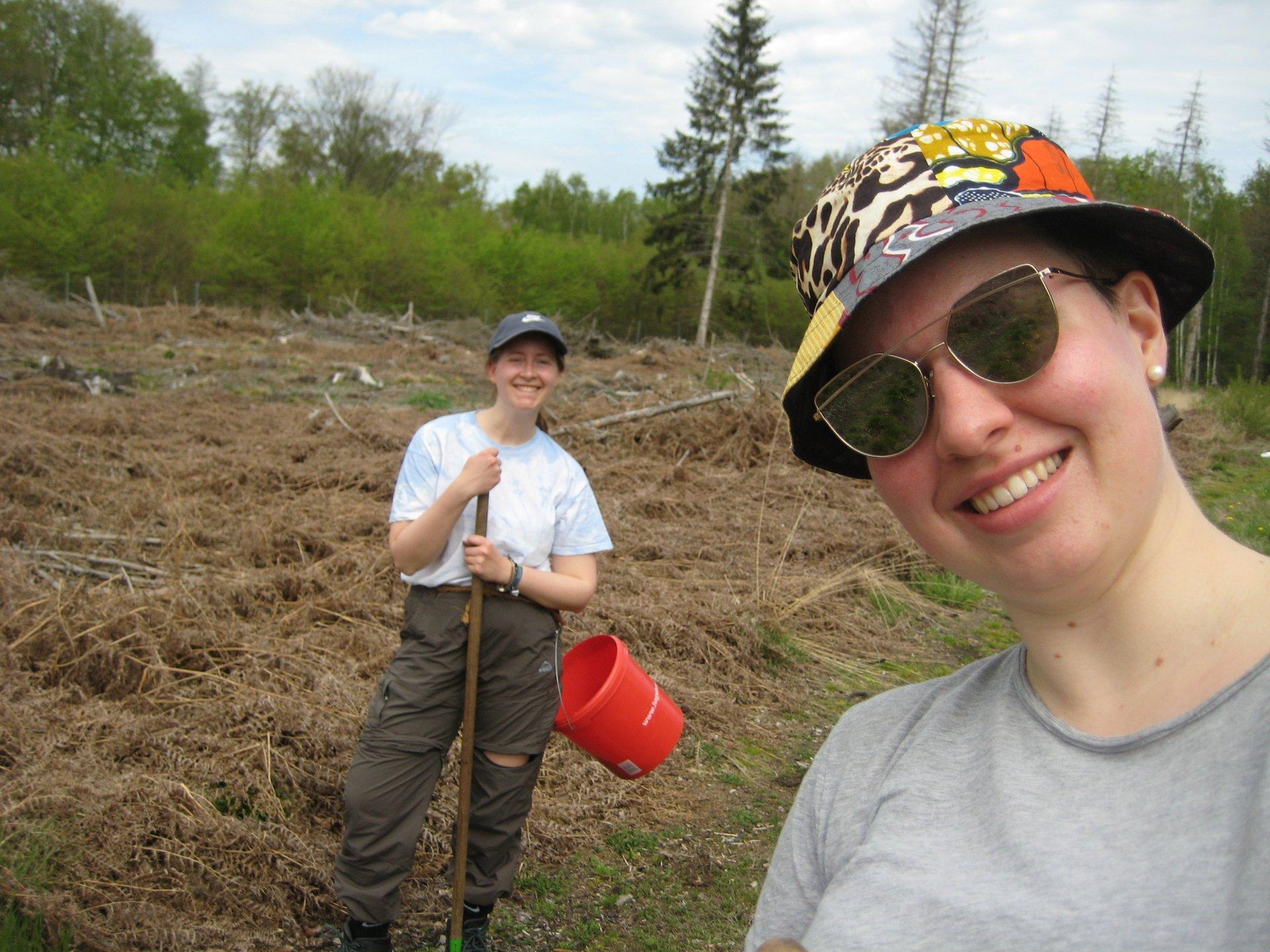 Zwei Umweltpraktikantinnen im Einsatz (Foto Louisa Bahl)