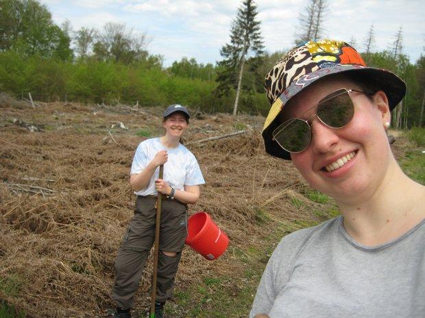 Zwei Umweltpraktikantinnen im Einsatz