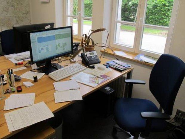 Bild von Schreibtisch voller Papiere