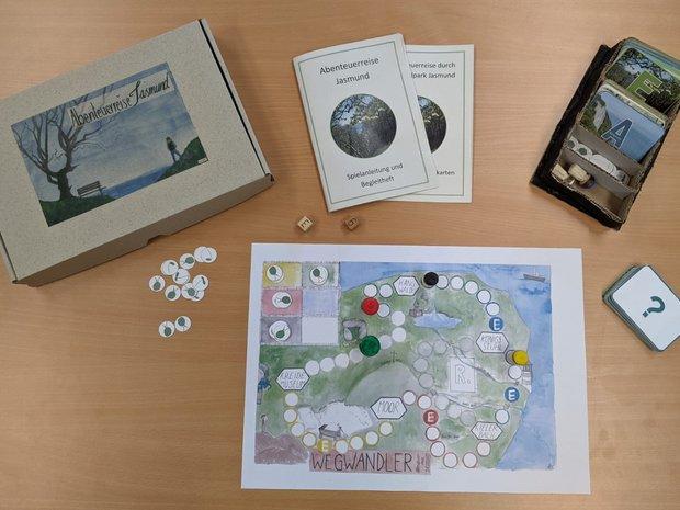 Ein Würfel-Brettspiel mit Anleitung und Spielkarten