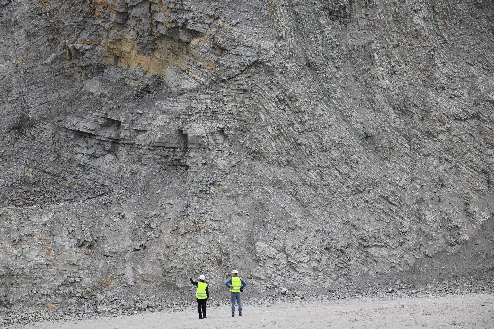 Steinbruchwand und Arbeiter